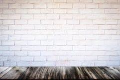 Pusty drewniany stołowego wierzchołka i cegły tło z kopii przestrzenią obraz royalty free