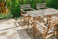 Pusty drewniany stołowy krzesło w ogródzie obraz royalty free