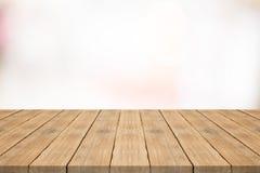 Pusty drewniany stołowy wierzchołek na białym zamazanym tle fotografia stock
