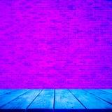 Pusty drewniany stołowy wierzchołek z ścianą z cegieł na gradientowym neonowym kolorze zdjęcie stock