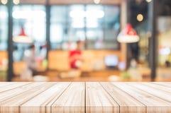 Pusty drewniany stołowy wierzchołek z zamazanym restauracyjnym wewnętrznym backgrou obraz stock