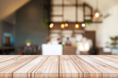 Pusty drewniany stołowy wierzchołek z zamazanym sklep z kawą wnętrza backgro Zdjęcia Royalty Free
