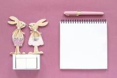 Pusty pusty drewniany sześcianu kalendarza egzamin próbny w górę tamplate dla twój kalendarzowej daty Para królik postaci drewnia obrazy stock