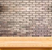 Pusty drewno stół, ściana z cegieł w tle i produktu pokaz t zdjęcia stock