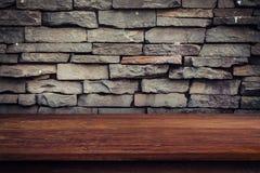 Pusty drewno stół, grunge pokaz i ściana z cegieł montaż dla p i obrazy royalty free