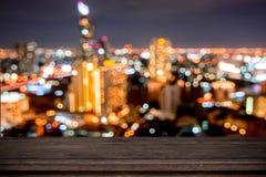 pusty drewno stół na miękkim bokeh lekki nocy miasta tło, c fotografia stock