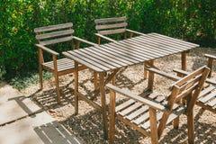 Pusty drewno stół w ogródzie zdjęcia royalty free