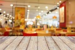 Pusty drewno stół z zamazaną kawiarnią Fotografia Stock