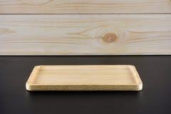 Pusty drewno talerz na czerń stole Obraz Royalty Free