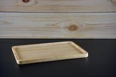 Pusty drewno talerz na czerń stole Zdjęcia Royalty Free