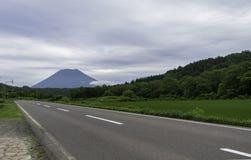 Pusty drogi prowadzenie piękna góra obraz stock
