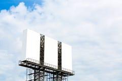 Pusty duży billboard nad niebieskim niebem obrazy royalty free