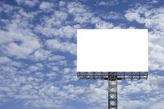 Pusty duży billboard przeciw niebieskiego nieba tłu dla twój reklamowego, stawia twój swój tekst tutaj, odizolowywa biel na pokła zdjęcia royalty free