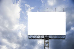 Pusty duży billboard przeciw niebieskiego nieba tłu dla twój reklamowego, stawia twój swój tekst tutaj, odizolowywa biel na pokła zdjęcia stock
