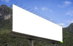 Pusty duży billboard przeciw zielonemu góry i niebieskiego nieba tłu dla twój reklamowego, stawia twój swój tekst tutaj zdjęcia royalty free