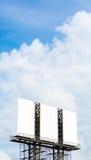Pusty duży billboard nad niebieskim niebem fotografia stock