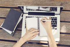 Pusty dzienniczek, laptop, książki i dziewczyn ręki, Zdjęcie Stock