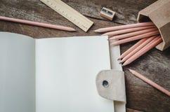 Pusty dzienny planisty notatnik z ołówkami, ołówkową ostrzarką, i zdjęcia royalty free