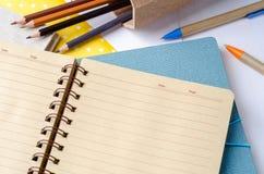 Pusty dzienny planisty notatnik z pióra i koloru ołówkami Zdjęcia Royalty Free