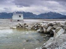 Pusty Forggen jezioro z drymbami i przyczepą Zdjęcie Stock