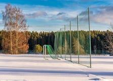 Pusty futbol &-x28; Soccer&-x29; Pole w zimie Częsciowo Zakrywającej w śniegu - Pogodny zima dzień zdjęcie stock