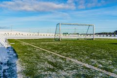 Pusty futbol & x28; Soccer& x29; Pole w zimie Częsciowo Zakrywającej w śniegu - Pogodny zima dzień obraz stock