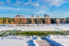 Pusty futbol &-x28; Soccer&-x29; Pole w zimie Częsciowo Zakrywającej w śniegu - Pogodny zima dzień fotografia stock