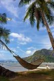 Pusty hamak z drzewkiem palmowym i łodzią na tropikalnej plaży Filipiński kurortu krajobraz Idylliczny urlopowy pojęcie fotografia royalty free
