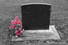 Pusty headstone z różowymi kwiatami obraz stock