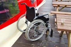 Pusty invalids wózek inwalidzki w morza plaży kawiarni Zdjęcie Stock