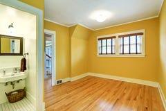 Pusty izbowy wnętrze w kolorów żółtych brzmieniach i twarde drzewo podłoga Fotografia Stock