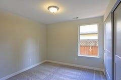 Pusty izbowy wnętrze z beż ścianami izolować dywan ścianą i obraz stock