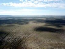 Pusty Jeziorny George gnieździł się między wiejską ziemią uprawną w Australia i farmą wiatrową obraz stock