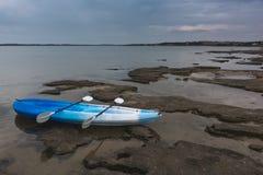 Pusty kajaka obsiadanie na krawędzi jezioro Obraz Stock