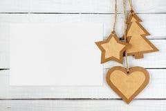 Pusty kartka z pozdrowieniami i Bożenarodzeniowe dekoracje na białym drewnie zdjęcia royalty free