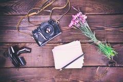 Pusty kartka z pozdrowieniami i stara rocznika filmu kamera Obrazy Royalty Free