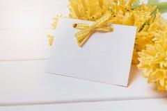 Pusty kartka z pozdrowieniami szablon na żółtym hiacyncie kwitnie obrazy royalty free