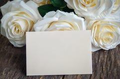 Pusty kartka z pozdrowieniami z biały sztucznym wzrastał Zdjęcia Royalty Free
