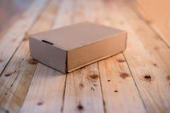 Pusty karton na drewnianej podłoga Obrazy Stock