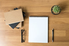 Pusty katalog i książka, magazyny, książka egzamin próbny up na drewnianym backgrou obrazy stock