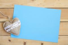 Pusty kawałka papieru i rocznika valentines handmade dzień bawi się serce nad drewnianym tłem Obraz Royalty Free