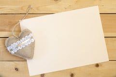 Pusty kawałka papieru i rocznika valentines handmade dzień bawi się serce nad drewnianym tłem Obrazy Royalty Free