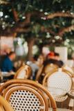Pusty kawa taras z stołami i krzesłami Obraz Royalty Free