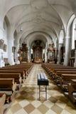 Pusty kościelny wnętrze z drewnianymi ławkami Zdjęcie Royalty Free