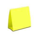 Pusty koloru żółtego stołu namiot na bielu Papierowe vertical karty odizolowywać Fotografia Royalty Free