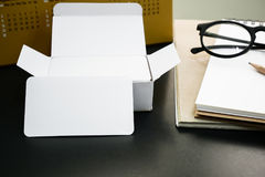 Pusty korporacyjnej tożsamości wizytówki pakunek na pracownika stole Zdjęcia Royalty Free
