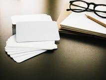 Pusty korporacyjnej tożsamości wizytówki pakunek na pracownika stole Zdjęcie Royalty Free