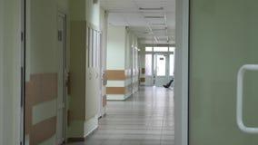 Pusty korytarz z Zielonymi drzwiami przy szpitalem zbiory wideo