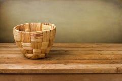 Pusty kosz na drewnianym pokładu stole Obraz Royalty Free