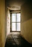 Pusty koszowy korytarz i ampuły okno na całości ściany zamiast drzwi, perspektywa, pionowo wizerunek zdjęcia stock